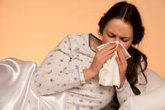 Mujer caucásica asiática con gripe y feaver Imagen de archivo