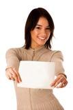 Mujer caucásica asiática joven hermosa que sostiene una tarjeta en blanco Foto de archivo