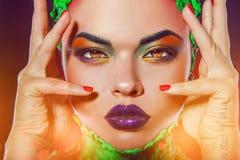 Mujer caucásica atractiva con los ojos de gato y el maquillaje creativo Fotos de archivo libres de regalías