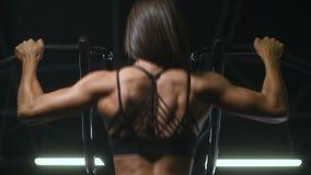Mujer caucásica bonita de la aptitud que bombea para arriba ejercicios del ABS del fondo del gimnasio del concepto de la aptitud  almacen de metraje de vídeo