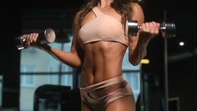 Mujer caucásica bonita de la aptitud que bombea para arriba ejercicios del ABS del fondo del gimnasio del concepto de la aptitud  metrajes
