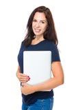 Mujer caucásica con el ordenador portátil Imagen de archivo libre de regalías