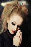 Mujer caucásica con maquillaje en estilo gótico Imagen de archivo libre de regalías