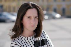 Mujer caucásica confusa preciosa que mira la cámara con la expresión confusa en cara imagen de archivo libre de regalías