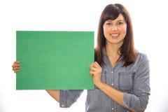 Mujer caucásica de la muchacha que lleva a cabo al tablero de mensajes Imagen de archivo