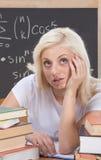Mujer caucásica del estudiante universitario que estudia el examen de la matemáticas Fotos de archivo