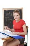 Mujer caucásica del estudiante universitario que estudia el examen de la matemáticas Foto de archivo libre de regalías