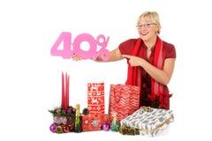 Mujer caucásica, descuento que hace compras Imagen de archivo libre de regalías