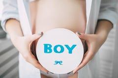 Mujer caucásica embarazada hermosa feliz con el vientre grande en la ropa interior blanca en el dormitorio, parrents futuros, esp fotografía de archivo libre de regalías