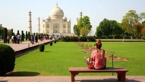 Mujer caucásica en Taj Mahal Imagen de archivo