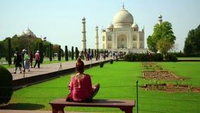 Mujer caucásica en Taj Mahal metrajes
