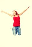 Mujer caucásica feliz joven que salta en el aire Fotos de archivo libres de regalías