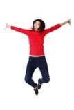 Mujer caucásica feliz que salta en el aire Imagenes de archivo