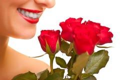 Mujer caucásica hermosa con las rosas rojas aisladas Imágenes de archivo libres de regalías