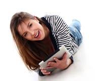 Mujer caucásica hermosa con PC de la tablilla Imágenes de archivo libres de regalías