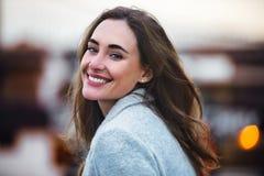 Mujer caucásica hermosa con sonrisa encantadora que camina al aire libre Fotografía de archivo