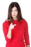 Mujer caucásica hermosa joven que señala en usted Imágenes de archivo libres de regalías