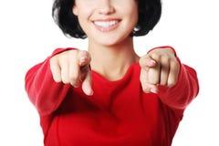 Mujer caucásica hermosa joven que señala en usted. Foto de archivo