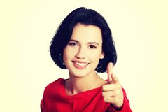 Mujer caucásica hermosa joven que señala en usted Imagen de archivo