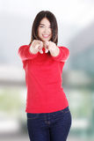 Mujer caucásica hermosa joven que señala en usted Foto de archivo libre de regalías