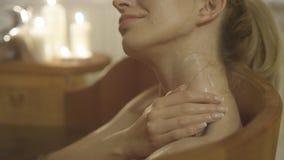 Mujer caucásica hermosa joven que toma el baño en una tina de madera Fotos de archivo