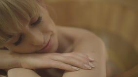 Mujer caucásica hermosa joven que toma el baño en una tina de madera Imágenes de archivo libres de regalías