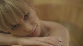 Mujer caucásica hermosa joven que toma el baño en una tina de madera Imagen de archivo
