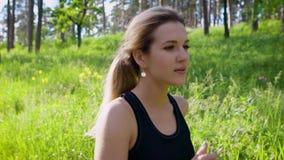 Mujer caucásica hermosa que corre en campo Deporte y forma de vida sana almacen de video