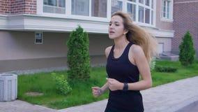 Mujer caucásica hermosa que corre en la calle Deporte y forma de vida sana almacen de metraje de vídeo