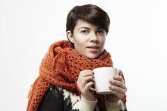 Mujer caucásica hermosa que sonríe con una taza blanca Disposición de diseño de concepto Fotografía de archivo