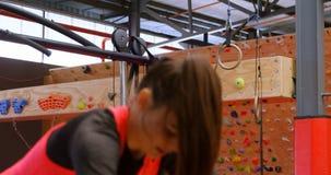 Mujer caucásica hermosa resuelta que hace posición en cuclillas del salto en el estudio 4k de la aptitud metrajes