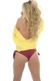 Mujer caucásica joven atractiva hermosa que presenta a PIn Up In un S amarillo Foto de archivo