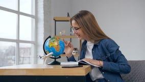 Mujer caucásica joven con el globo en casa metrajes