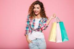 Mujer caucásica joven con hacer compras de los bolsos aislado Imagenes de archivo