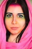 Mujer caucásica joven con maquillaje colorido y el mantón principal rosado imagenes de archivo