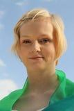 Mujer caucásica joven contra el cielo azul brillante fotos de archivo