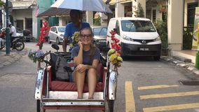 Mujer caucásica joven en paseo del carrito, Malasia - 22 de agosto de 2017 almacen de metraje de vídeo
