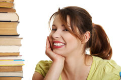 Mujer caucásica joven (estudiante) con los libros Fotografía de archivo