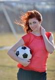 Jugador de fútbol de sexo femenino joven hermoso Fotografía de archivo libre de regalías