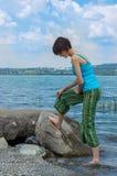 Mujer caucásica joven hermosa que se refresca apagado en el lago en un día de verano en Sapanca, Turquía fotos de archivo