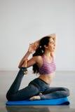 Mujer caucásica joven que estira y que hace yoga con el espacio de la copia Imagenes de archivo