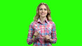 Mujer cauc?sica joven que usa el interfaz invisible almacen de video