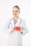Mujer caucásica médica con un corazón Imágenes de archivo libres de regalías