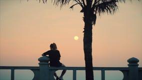 Mujer caucásica maravillosa que mira vista al mar la puesta del sol Muchacha hermosa joven que disfruta de la naturaleza, mirando metrajes