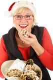 Mujer caucásica que come la torta tradicional Fotos de archivo