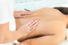 Mujer caucásica que consigue masaje médico foto de archivo libre de regalías