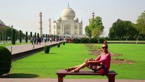 Mujer caucásica que presenta, Taj Mahal almacen de metraje de vídeo