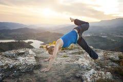 Mujer caucásica que realiza actitud hacia abajo de la yoga del perro Fotografía de archivo