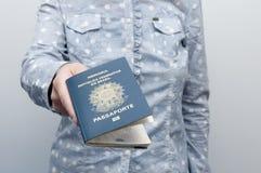 Mujer caucásica que sostiene un pasaporte brasileño fotos de archivo libres de regalías