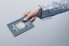 Mujer caucásica que sostiene un pasaporte brasileño fotos de archivo